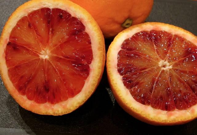 Blodappelsiner er i sesong fra januar til april. De har en markant søtere smak enn vanlige oransje appelsiner.