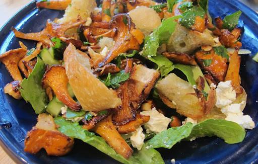 Tilsett litt agurk og fetaost i salaten, samt masse hakket bladpersille. Bland i kantareller og hasselnøtter og press 2 ss sitronsaft over salaten. Bland forsiktig og server umiddelbart. Jeg kan love deg at denne salaten blir en suksess!