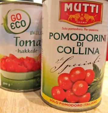 velg gode boksetomater. Tilsett 1 boks tomater og en boks vann. La tomat/grønsakssausen stå på medium varme mens du lager kjøttbollene.