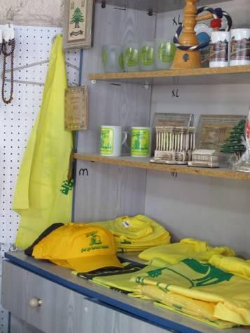 Til og med Hizbollah selger souvernirer. Her fra en liten bod i veikanten.
