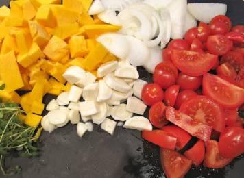 Dette trenger du: Løk, hvitløk, timian, persillerot, gresskar og tomater. Skjær alt i passe store terninger. Mest gresskar og tomat. Jeg hadde økologiske grønnsaker (løk, hvitløk og gresskar) fra Korsvold gård på lur. Mer smak, flottere farger.