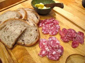 Server suppen med litt saltmat (spekeskinke og salami f.eks.) og godt brød.