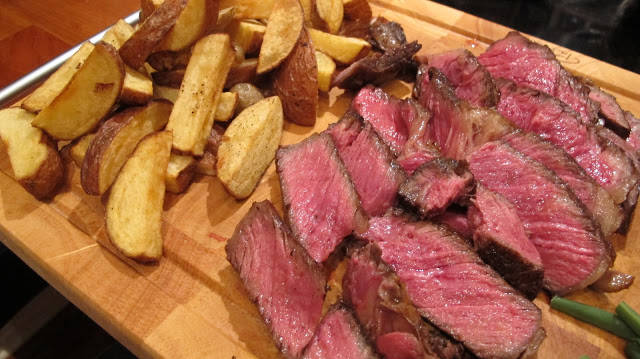 Bistrostemning i hjemmet. Kjøttet er supermørt og poteter og jodskokk er knasende.