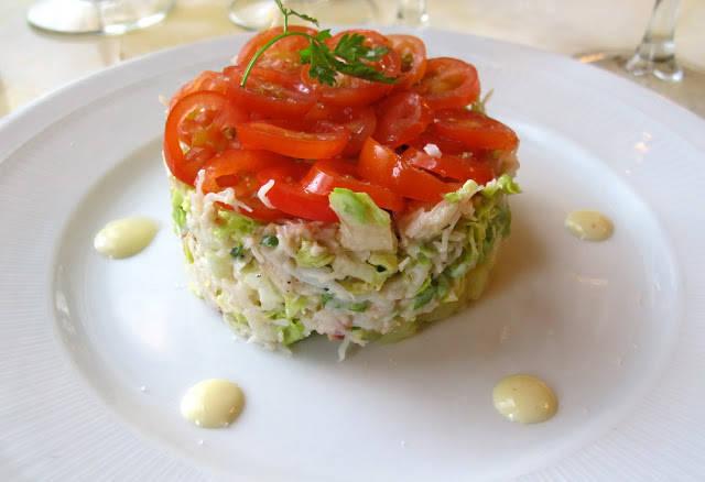 Krabbeforrett med lune poteter, majonesdressing og sprø salat. Flott dandert med tomatskiver. Helt nydelig.