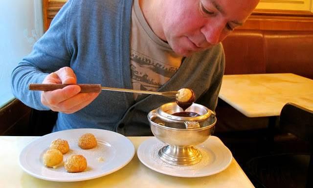 Husets absolutte gullrett er denne desserten: Små profiteroles fylt med vaniljeis og sjokoladesaus til å dyppe dem i.