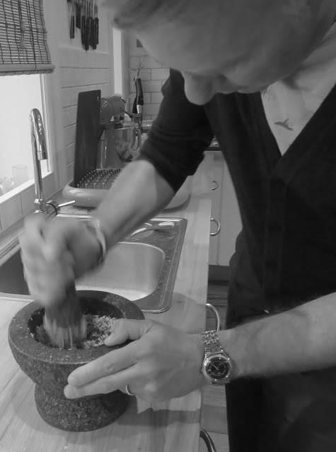 Erik i gang med å lage krydderpaste