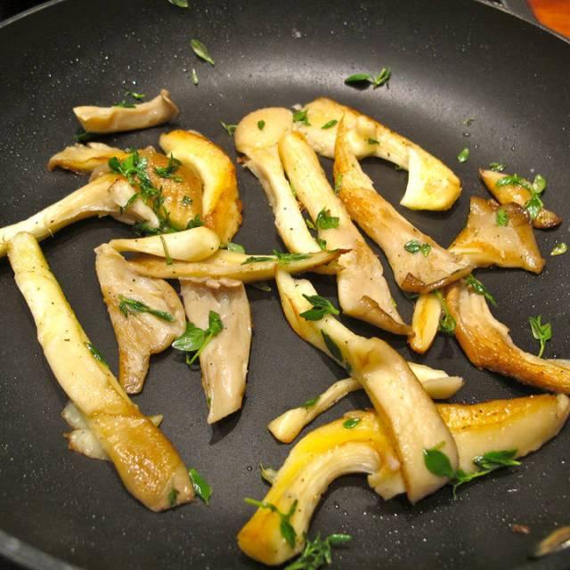 ØStershattsopp stekt i smør med timian, sitronsaft og sitronskall