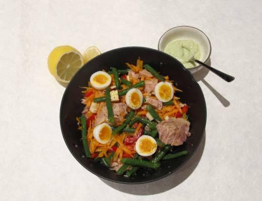 Salat med vaktelegg og tunfisk