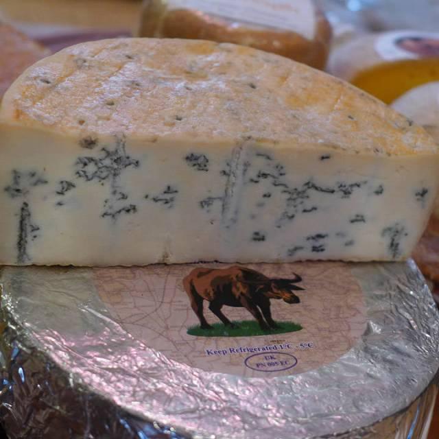 Shipstone Blue: Lagget av melk fra vannbøfler. Modnet i grotte. Sterk og kremete smak.