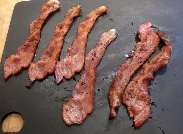 Bacon stekt på ny måte til venstre. Vanlig stekt bacon til høyre.