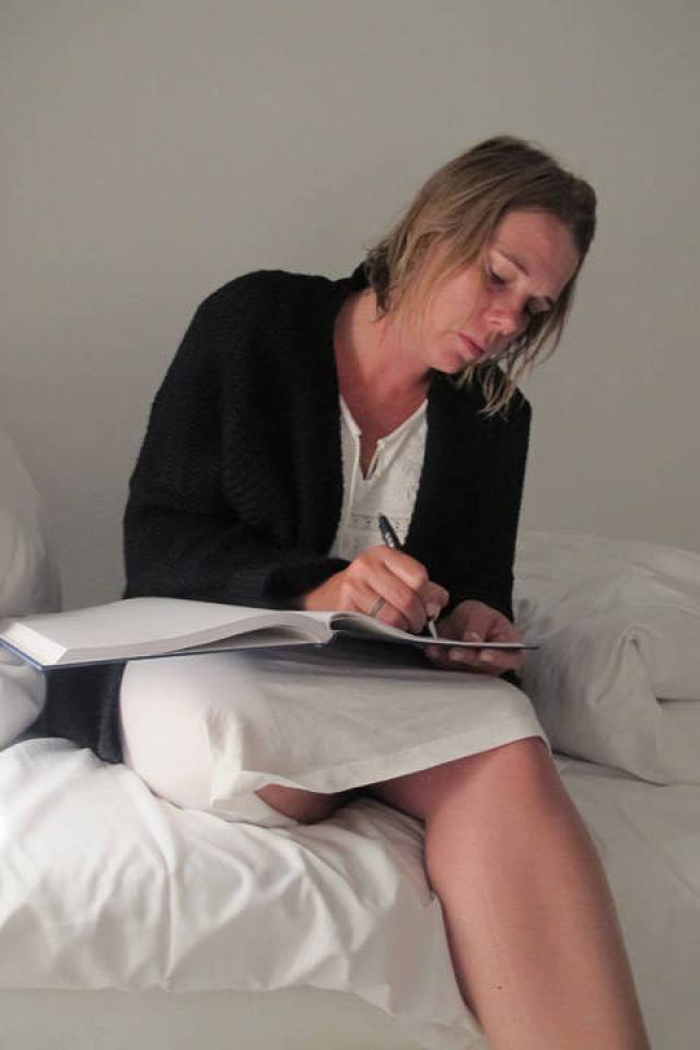 Cecilie skriver dagbok fra oppholdet.