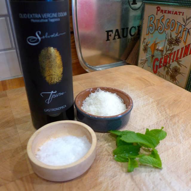God olivenolje, flaksalt, mynteblader og parmesan. Herlige smaker.