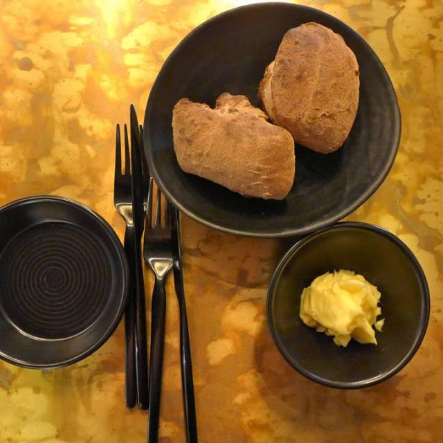 Salt smør, lunt brød og stilig sort bestikk.