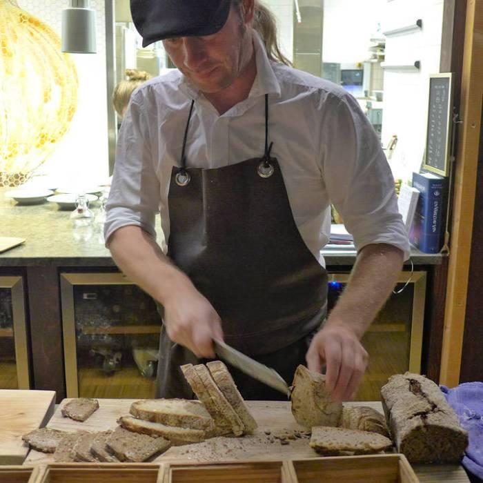 Stefan Söderholm ved Hvita Hjorten skjærer opp de fantastisk smakfulle brødene.