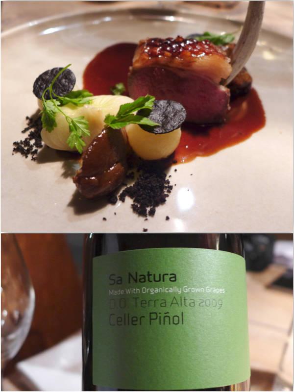 4. rett: Lam. Rosastekt lammefilet fra dansk vadehavslam = marsklam, braisseret lammekjaker, mild hvidløgspure,potetfandant (i andefett) i potetjord, dampede boiritaneløg, skvalderkål fra Vilhelmsborg + lammesaus laget på de braisserede kjakene. Drikke: Sa Natura, Celler Pinol. Helt fantastisk vin!