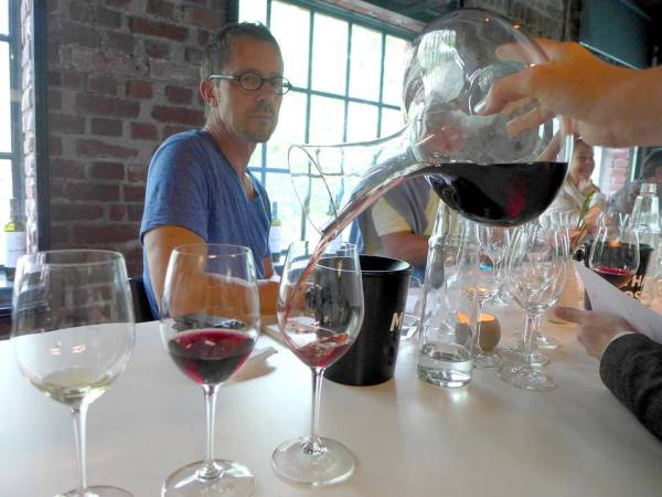 Vinen er dekantert.
