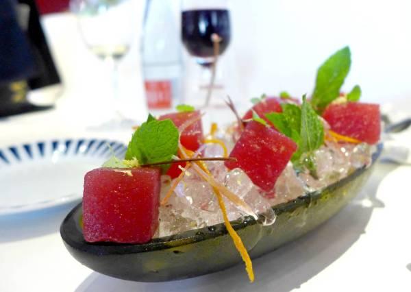 Vannmelon marinert i sangria servert med sangria.