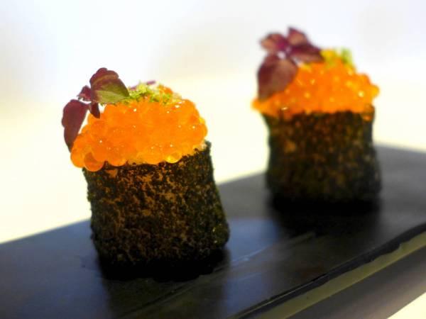 Gunkan (liksom-makirull med skumkonsistens) med ørretrogn, sisho og dashikjerne. Utrolig nydelig!
