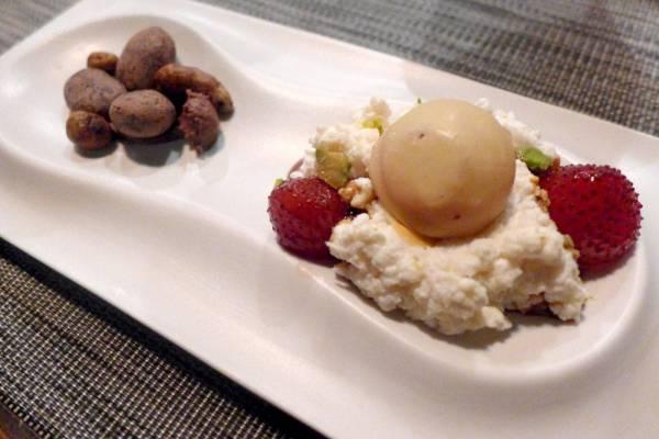 Desserten er todelt og består av hjemmelaget katalansk ricottaoste-mousse med jordbærsjokolade med flytende fyll. Del to er karamelliserte mandler, sjokolade og trendy horchata (egentlig en potettype som brukes til å lage horchatamelk av.)