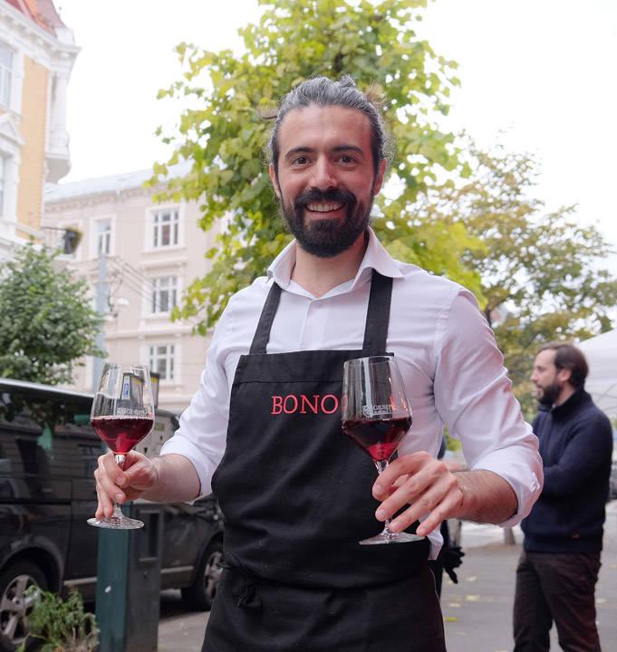 Andrea Bono kommer med vin til oss.