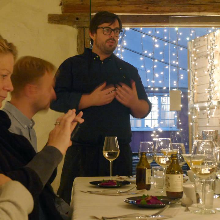 Kokken, Marius forteller om hver rett. Bra mann!