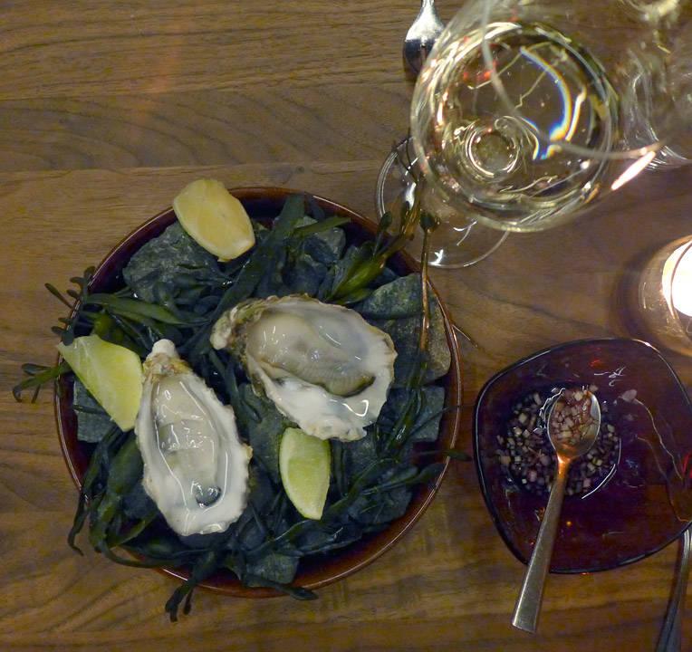 Østers med rødvinsvinaigrette. Er det østers på menyen, ja da bestiller man østers. Gammelt jungelord.