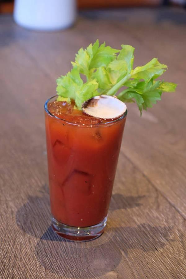 Sjekk ut den lille detaljen med muslingskallet på toppen av drinken. Den inneholder dillakevitt.