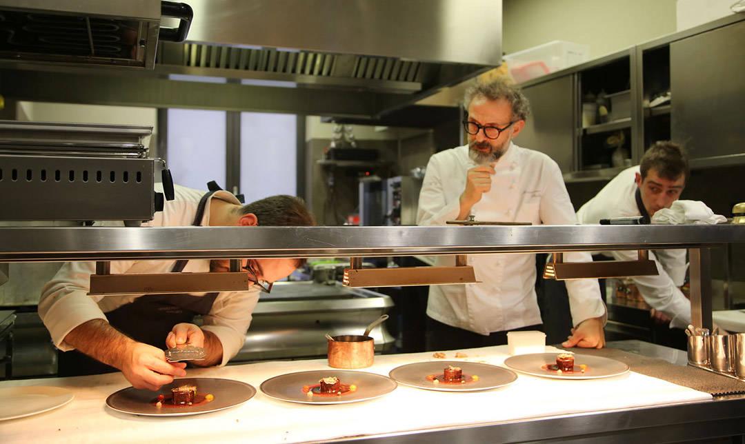 Massimo følger med på kjøkkenet. (Foto: Helle Øder Valebrokk)