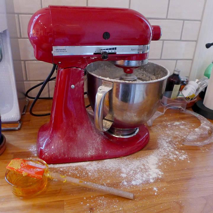 Et lite panikkøyeblikk på kjøkkenet under produksjonen av disse lussekattene. Note to self: Ikke tilsett mel når kjøkkenmaskinen har høy hastighet. Grrr!!! Baking, altså!