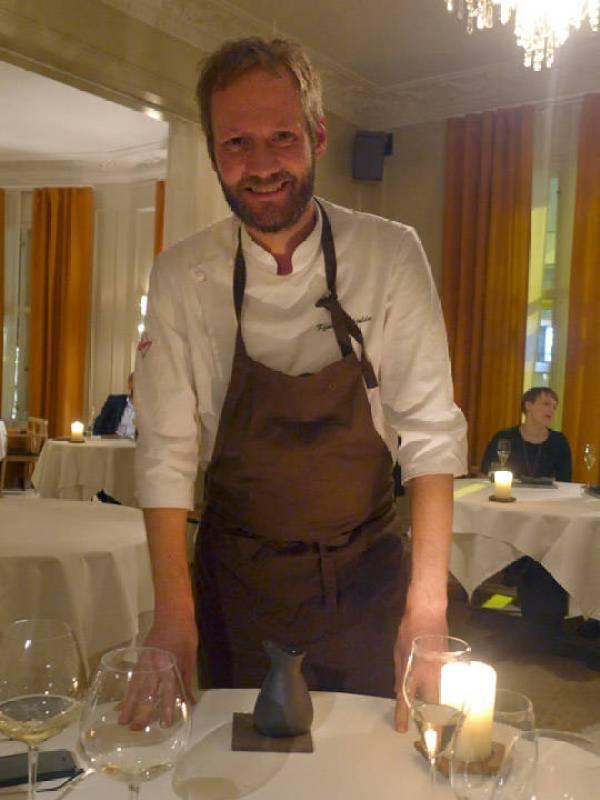 Kjartan Skjelde serverer retten sin denne kvelden på Ylajali. han har jobbet med Even Ramsvik tidligere, og de var på kokkelandslaget sammen.