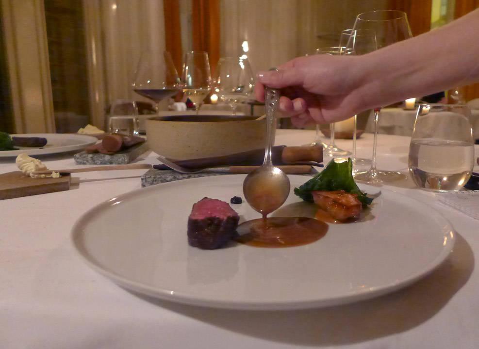 17. rett: Nydelig reinsdyr med grønnkål, jordskokk og fermentert hvitløk og en karamellaktig saus. Oh glæde!