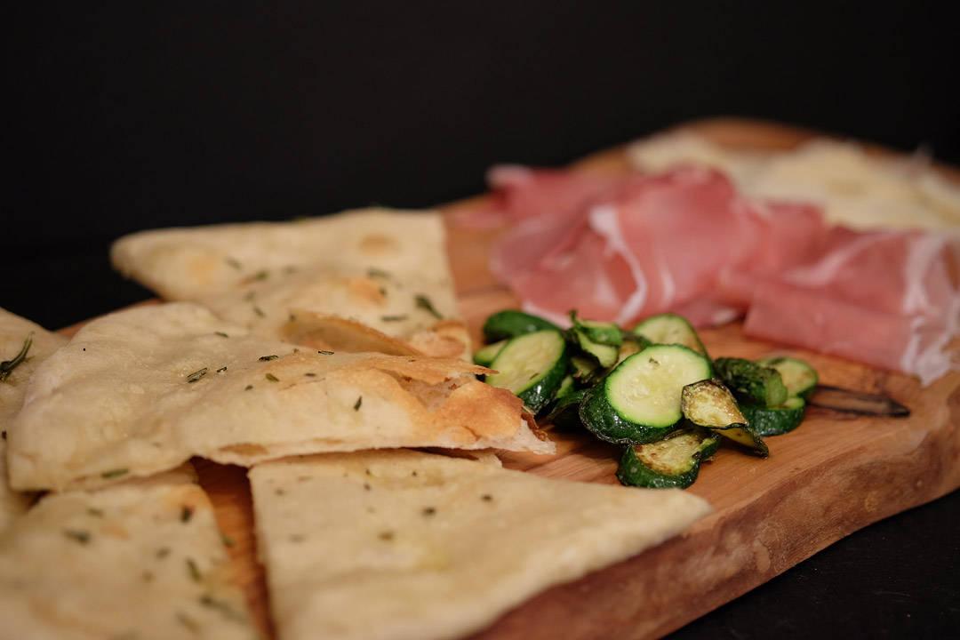 Min rosmarinpizza med god skinke, lange remser deilig parmesan og grillet minisquash.