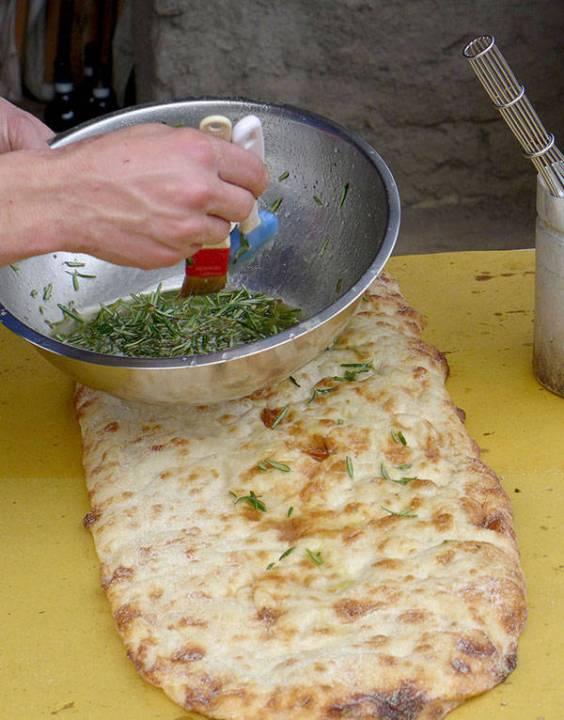 Rosmarin gir så god smak til pizzabunnen.