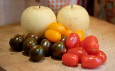 nachi-pærer og fargerike tomater