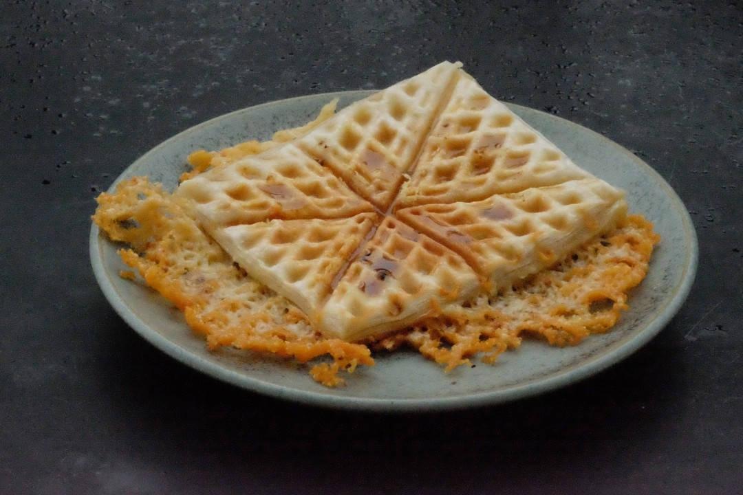Ostesmørbrød laget av butterdeig og cheddar. Så godt med trøffelhonning til.