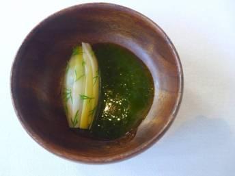 Rakfisk: Fermentert fjellørret med grillet purre og saus laget på hjertesalat og garum. En fantastisk måte å servere rakfisk på – en av de norske råvarene jeg setter aller mest pris på.