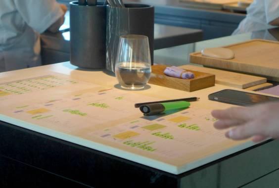 """Etterhvert som bordene har fått sine retter markeres de som """"levert""""."""