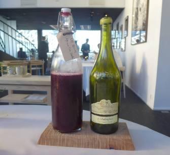 Juice på hagebær (mye solbær) og hvitvin med valnøttpreg fra Côtes du Jura Chardonnay, L'Autrefois, Jean Francois Ganevat 2011, Frankrike.