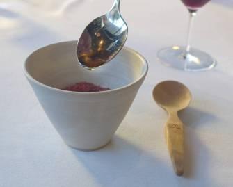 Rømmegrøt laget på Rørosrømme med revet røkt reinsdyrhjerte og smør med plommeeddik.