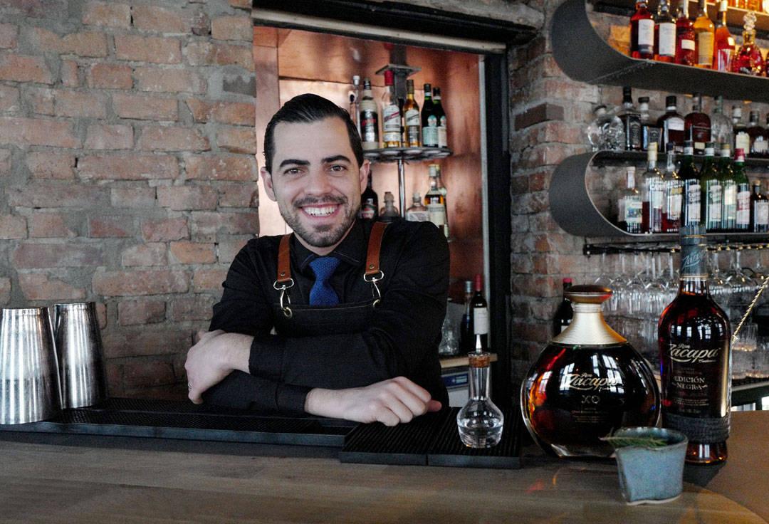 Antonio slipper bomben om at han flytter fra Norge og reiser til Barcelona og åpner sin egen bar etter nyttår. Heldigvis reiser jeg ofte til Barcelona og kommer til å besøke ham når jeg er i byen. Lykke til med bar og baby, Antonio! Du vil bli savnet i Oslo! (Foto: Helle Øder Valebrokk)
