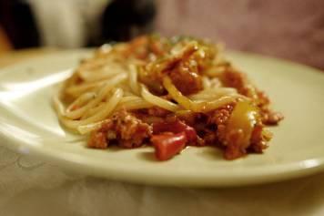 pasta med pølse og paprika
