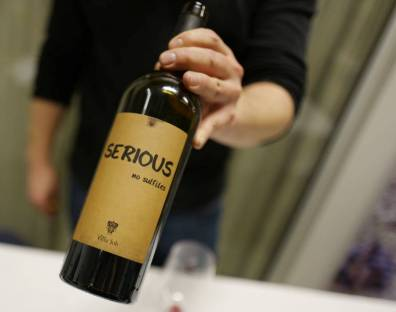 Serious Red fra Villa Job. En aromatisk vin med mye frukt og pepper. Kr 239. Naturvinen inneholder 100% Refosco peduncolo rosso.