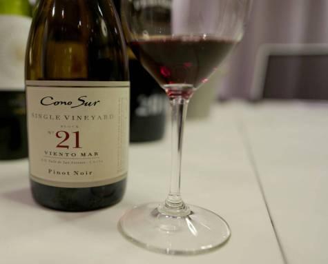 Cono Sur Pinot Noir Single Vineyard Block 21 Viento Mar fra Cono Sur. Den koster kr 156.30 og er en pinot noir der du får mye for pengene. Frisk, mye frukt og en deilig vin til mat eller kos.