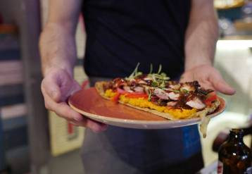 Roti pizza med bbq kylling og søtpotetmos.