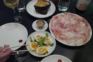 Miso Eggs med lakserogn og Momofukus egen Country Ham med kaffemajones og smørstekt brød. Dette kunne jeg ha spist resten av livet.