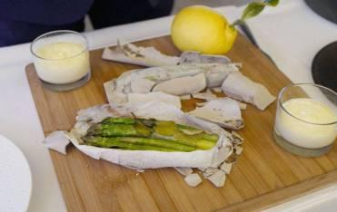 Aspargesen er bakt i leire og matpapir før den serveres med sabayone og sitronpulver fra Menton.
