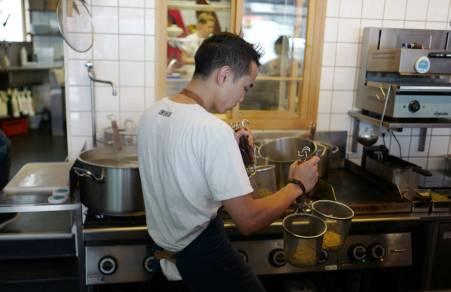 Riste, riste. Det er en kunst i seg selv å riste av vannet når nudlene er kokt.