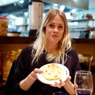 Rebekka fra Stockholm får rykende ferske maistortillaer på Bajio i Mexico by.