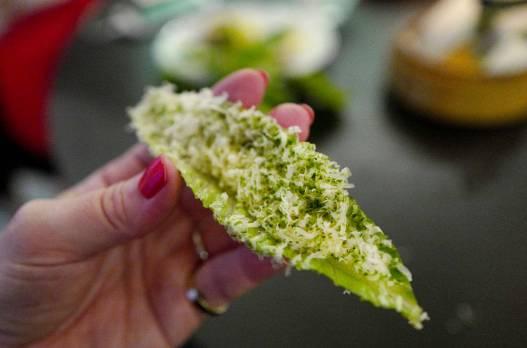 salatblader med ansjos og dansk ost.