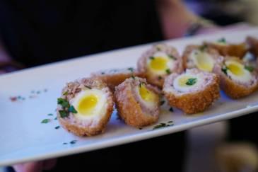 Før middag får vi vin og fingermat. Og hvem kan vel motstå et perfekt tilberedt scotch egg med husets eget svinekjøtt?